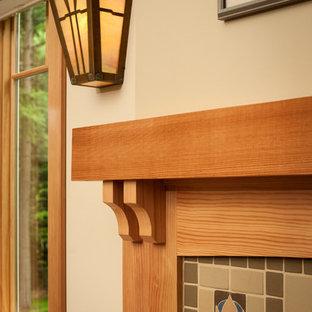 Esempio di un soggiorno stile americano di medie dimensioni e aperto con pareti beige, parquet chiaro, camino classico, cornice del camino piastrellata e TV autoportante