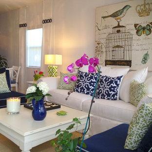 Foto di un piccolo soggiorno stile marinaro chiuso con pareti bianche, pavimento in gres porcellanato, nessun camino, nessuna TV e pavimento beige