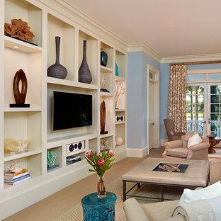 チャールストンの大きいビーチスタイルのおしゃれな独立型ファミリールーム (壁掛け型テレビ、青い壁、カーペット敷き、ベージュの床) の写真