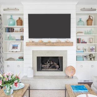 Idee per un soggiorno costiero con pareti bianche, parquet scuro, camino classico, cornice del camino in pietra, TV a parete e pavimento marrone