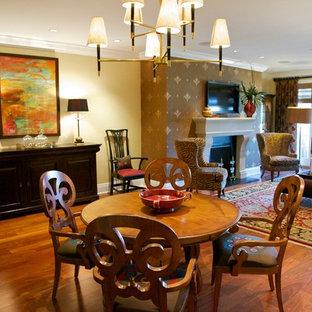 チャールストンの大きいトラディショナルスタイルのおしゃれなファミリールーム (ベージュの壁、無垢フローリング、標準型暖炉、テレビなし、茶色い床、ゲームルーム) の写真