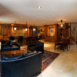 他の地域の中サイズのヴィクトリアン調のおしゃれなファミリールーム (緑の壁、大理石の床、標準型暖炉、レンガの暖炉まわり、埋込式メディアウォール) の写真