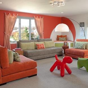 Exemple d'une salle de séjour tendance avec un mur orange, moquette et un sol beige.