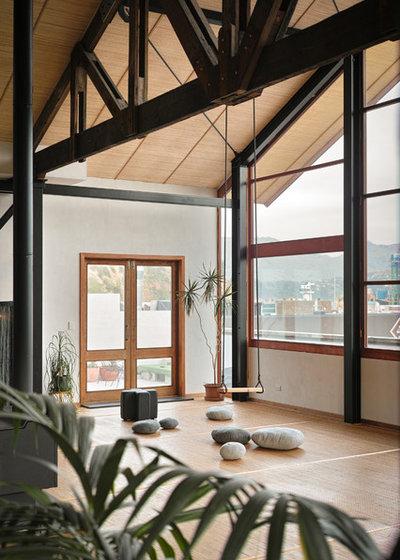 Traditional Family Room by MCAS - Max Capocaccia Architecture Studio
