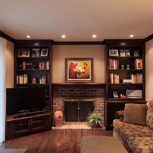 モントリオールの小さいトラディショナルスタイルのおしゃれな独立型ファミリールーム (ベージュの壁、無垢フローリング、標準型暖炉、レンガの暖炉まわり、据え置き型テレビ、茶色い床) の写真