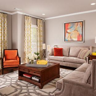 Ejemplo de sala de estar abierta, clásica, pequeña, con paredes grises, suelo de madera clara y chimenea tradicional