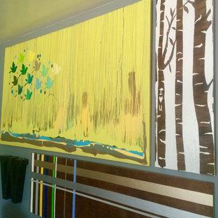 Esempio di un soggiorno minimalista aperto con pareti grigie, parquet chiaro e camino lineare Ribbon