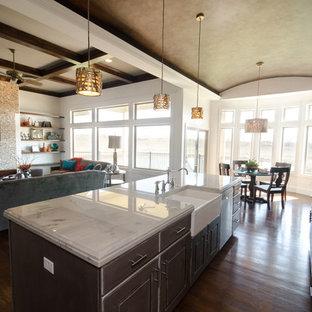 ウィチタの中サイズのコンテンポラリースタイルのおしゃれなファミリールーム (白い壁、濃色無垢フローリング、標準型暖炉、タイルの暖炉まわり、壁掛け型テレビ) の写真
