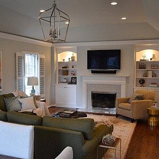 セントルイスの中サイズのトラディショナルスタイルのおしゃれなファミリールーム (グレーの壁、標準型暖炉、タイルの暖炉まわり、壁掛け型テレビ、濃色無垢フローリング、青い床) の写真