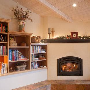 サクラメントの中くらいのカントリー風おしゃれな独立型ファミリールーム (ライブラリー、白い壁、コーナー設置型暖炉、漆喰の暖炉まわり、テレビなし) の写真