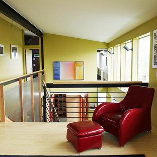 Modelo de sala de estar tipo loft, industrial, pequeña, con suelo de bambú y paredes verdes