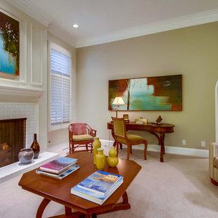サンディエゴの中サイズのコンテンポラリースタイルのおしゃれな独立型ファミリールーム (ライブラリー、白い壁、カーペット敷き、標準型暖炉、レンガの暖炉まわり、テレビなし、ベージュの床) の写真