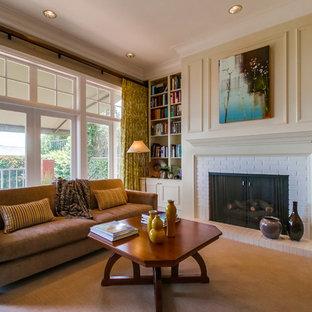 サンディエゴの中くらいのコンテンポラリースタイルのおしゃれな独立型ファミリールーム (ライブラリー、白い壁、カーペット敷き、標準型暖炉、レンガの暖炉まわり、テレビなし、ベージュの床) の写真