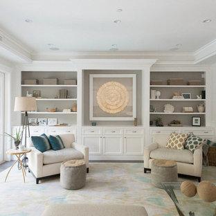 Foto di un grande soggiorno chic aperto con pareti bianche, parquet scuro, camino classico, cornice del camino in intonaco e nessuna TV