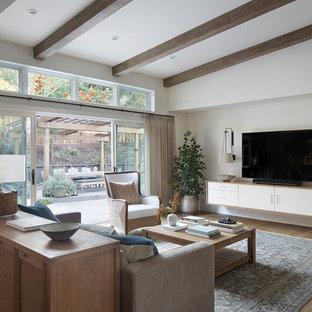 Foto di un soggiorno chic di medie dimensioni e aperto con pareti bianche, nessun camino, TV a parete, pavimento marrone e pavimento in legno massello medio