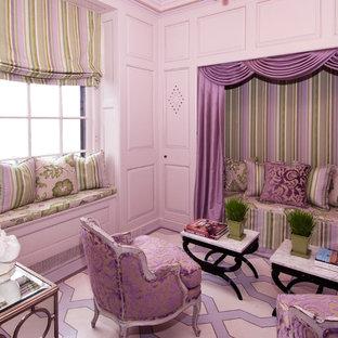 ニューヨークのトラディショナルスタイルのおしゃれな独立型ファミリールーム (紫の壁) の写真