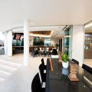 ゴールドコーストの巨大なトロピカルスタイルのおしゃれなファミリールーム (ホームバー、白い壁、横長型暖炉、内蔵型テレビ) の写真