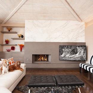 オレンジカウンティの中サイズのコンテンポラリースタイルのおしゃれなファミリールーム (茶色い床、ベージュの壁、濃色無垢フローリング、横長型暖炉、コーナー型テレビ) の写真