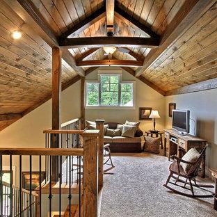 Пример оригинального дизайна: маленькая двухуровневая гостиная комната в классическом стиле с ковровым покрытием, белыми стенами, отдельно стоящим ТВ и бежевым полом без камина