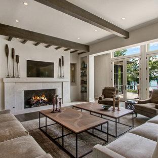 Idee per un soggiorno stile marino con pareti beige, parquet scuro, camino lineare Ribbon, TV a parete e pavimento marrone