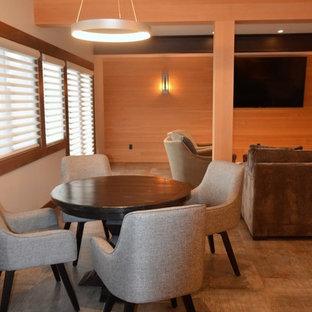 シアトルの中サイズのインダストリアルスタイルのおしゃれなファミリールーム (ゲームルーム、ベージュの壁、磁器タイルの床、暖炉なし、壁掛け型テレビ、グレーの床) の写真