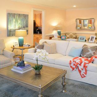 Cette photo montre une salle de séjour éclectique de taille moyenne et fermée avec un mur orange, un sol en bois clair, une cheminée standard et un téléviseur indépendant.