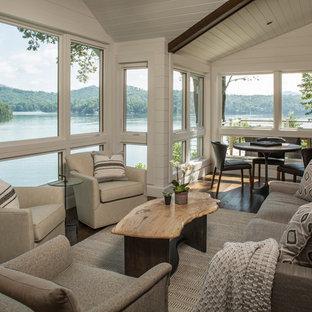 Modelo de sala de estar clásica renovada, grande, con suelo de madera oscura, suelo marrón y paredes blancas