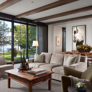 Idee per un soggiorno tradizionale con pareti bianche, moquette e pavimento grigio