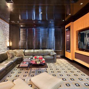 マイアミの中くらいのコンテンポラリースタイルのおしゃれなロフトリビング (マルチカラーの壁、カーペット敷き、暖炉なし、埋込式メディアウォール、茶色い床) の写真