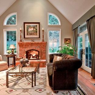 Cette image montre une salle de séjour traditionnelle avec un sol en bois clair, une cheminée standard, un manteau de cheminée en brique et un téléviseur dissimulé.