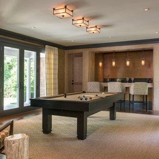 Foto de sala de juegos en casa cerrada, tradicional renovada, sin chimenea y televisor, con paredes beige y suelo de madera en tonos medios