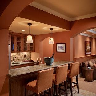 Idee per un soggiorno mediterraneo di medie dimensioni con angolo bar, pareti arancioni e pavimento in ardesia