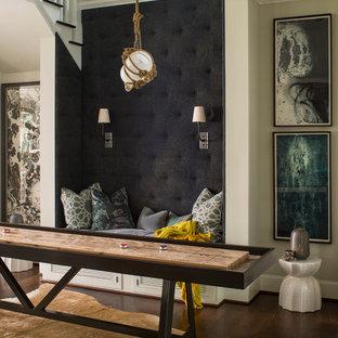 Maritimer Hobbyraum mit dunklem Holzboden in Charlotte