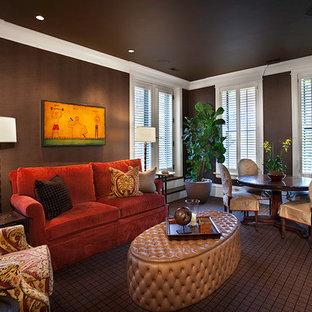 Klassisches Wohnzimmer mit brauner Wandfarbe und braunem Boden in Chicago