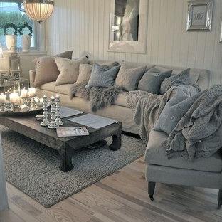 Idee per un grande soggiorno stile marino stile loft con pareti bianche, pavimento in laminato e nessun camino