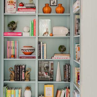 Modelo de sala de estar con biblioteca cerrada, minimalista, pequeña, sin chimenea, con paredes azules, suelo de mármol y suelo blanco
