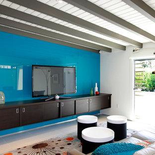 ロサンゼルスの中サイズのミッドセンチュリースタイルのおしゃれなファミリールーム (据え置き型テレビ、磁器タイルの床、暖炉なし、マルチカラーの壁、グレーの床) の写真