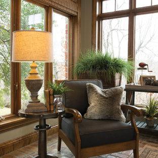 Foto di un soggiorno tradizionale di medie dimensioni e chiuso con pareti beige e pavimento in mattoni