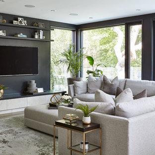 トロントのコンテンポラリースタイルのおしゃれなファミリールーム (黒い壁、淡色無垢フローリング、壁掛け型テレビ、茶色い床) の写真