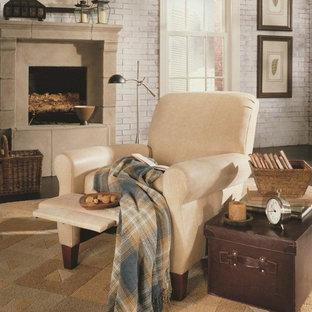 Réalisation d'une salle de séjour tradition de taille moyenne avec un mur multicolore, un sol en bois foncé, une cheminée standard et un manteau de cheminée en béton.