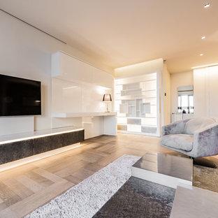 Idee per un ampio soggiorno minimalista aperto con pareti bianche, parquet chiaro, nessun camino, TV a parete e pavimento marrone