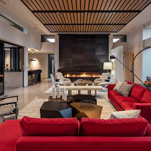 Großes, Offenes Modernes Wohnzimmer mit Hausbar, weißer Wandfarbe, Betonboden, Gaskamin, Kaminumrandung aus Metall und weißem Boden in Phoenix