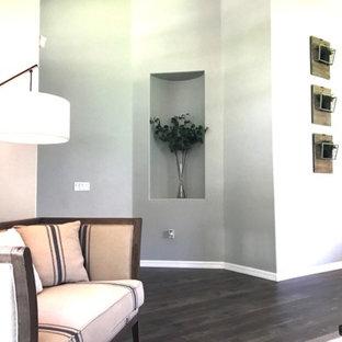 オーランドの大きいシャビーシック調のおしゃれなファミリールーム (緑の壁、無垢フローリング、茶色い床) の写真