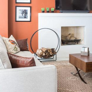 Réalisation d'une salle de séjour tradition de taille moyenne et ouverte avec un mur multicolore, un sol en bois foncé, une cheminée standard, un téléviseur fixé au mur et un manteau de cheminée en béton.