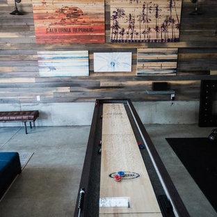 他の地域の大きいインダストリアルスタイルのおしゃれなファミリールーム (ゲームルーム、白い壁、コンクリートの床、暖炉なし、壁掛け型テレビ、グレーの床) の写真
