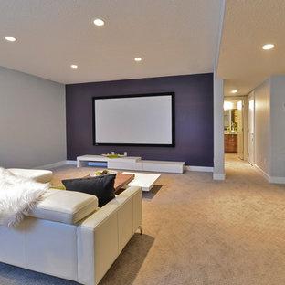 Ejemplo de sala de estar con barra de bar abierta, contemporánea, pequeña, sin chimenea, con paredes púrpuras, moqueta y televisor colgado en la pared