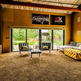 サンディエゴの広いミッドセンチュリースタイルのおしゃれなオープンリビング (ゲームルーム、黄色い壁、カーペット敷き、壁掛け型テレビ、茶色い床、暖炉なし) の写真