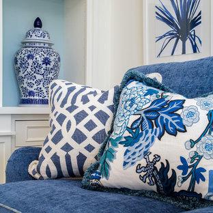 Ispirazione per un grande soggiorno stile marino aperto con pareti blu, parquet scuro, nessun camino e parete attrezzata