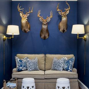 Ispirazione per un soggiorno costiero di medie dimensioni e chiuso con sala giochi, pareti blu, parquet scuro, nessun camino e parete attrezzata