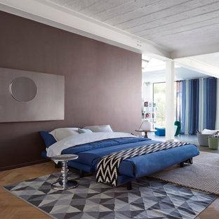 Esempio di un piccolo soggiorno minimalista chiuso con sala giochi, pareti marroni e nessuna TV
